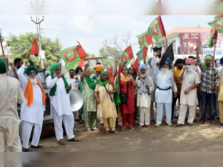 पंजाब पुलिस और अकाली दल के खिलाफ प्रदर्शन करते किसान जत्थेबंदी के लोग।