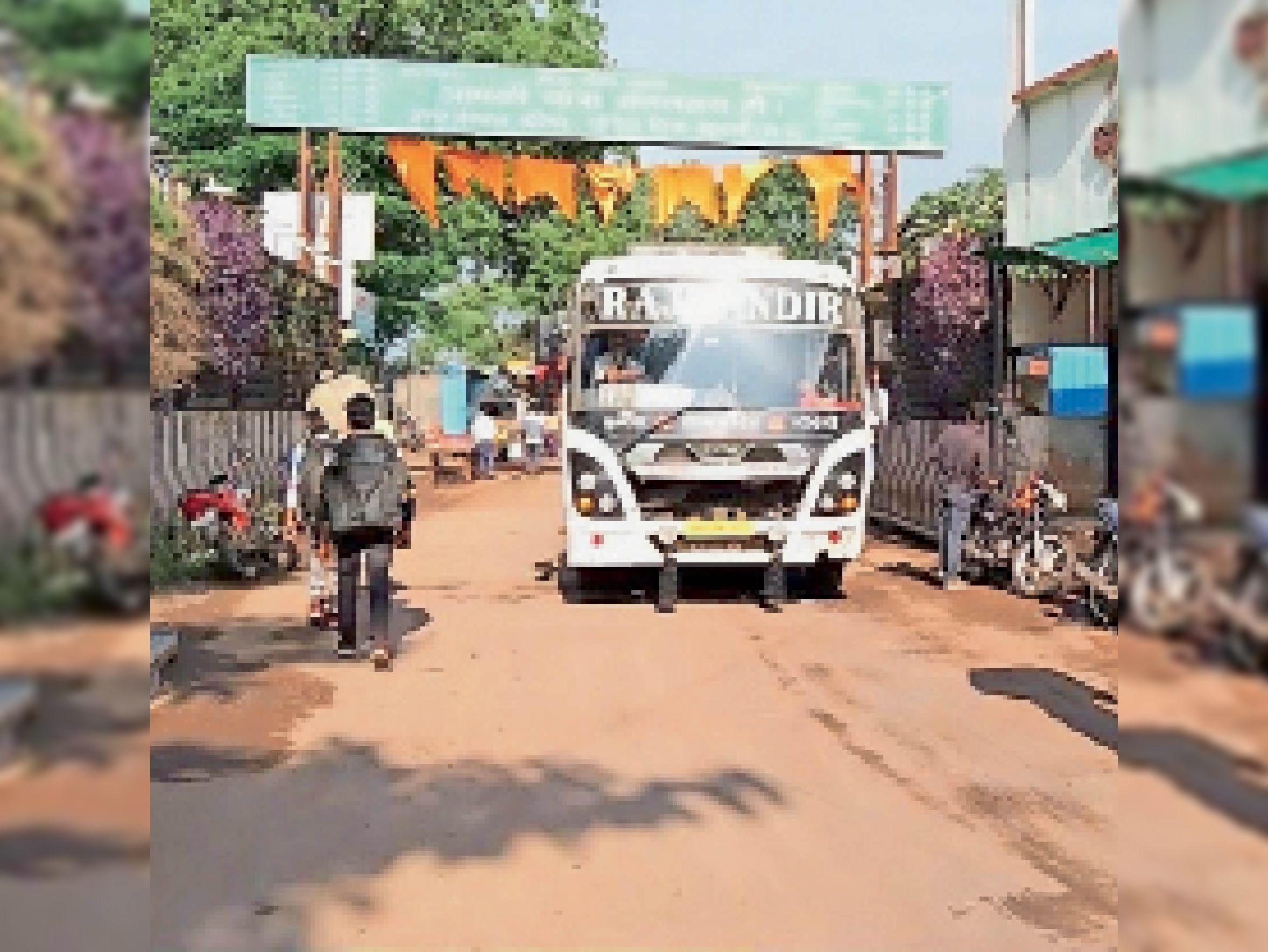 महाराष्ट्र में 15 तक रोक, निजी ट्रेवल्स की बसें शहादा व नंदुरबार कर रही आना-जाना, मिलने लगी सुविधा|बड़वानी,Barwani - Dainik Bhaskar