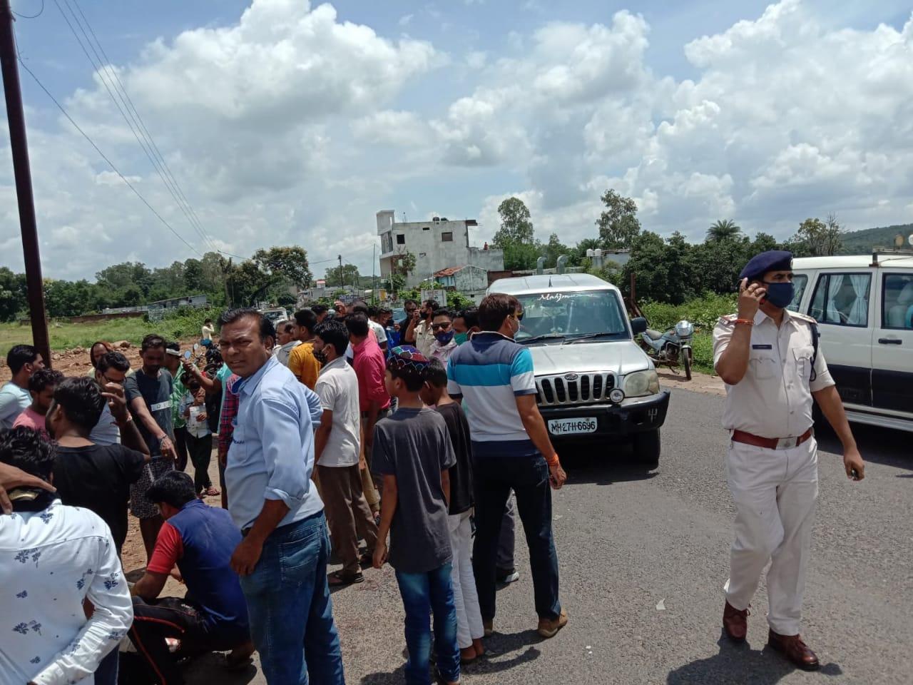 खिरसाडोह बायपास पर अनियंत्रित हुई स्कार्पियों ने बाईक सामने से मारी टक्कर, युवती ने अस्पताल में तोड़ा दम, दो की हालत गंभीर|छिंदवाड़ा,Chhindwara - Dainik Bhaskar