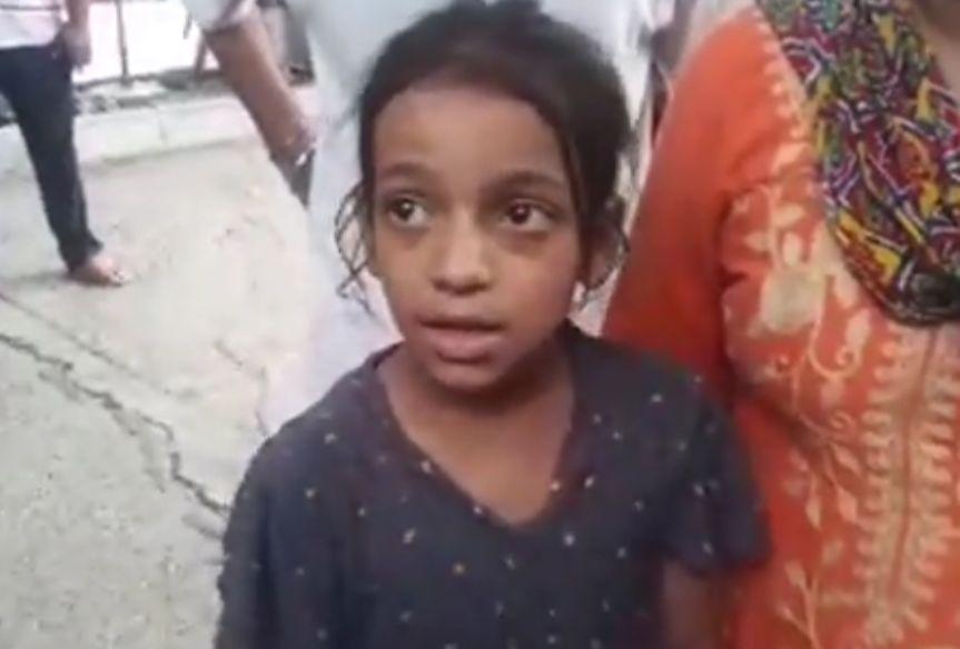 घटना की जानकारी देती सहमी लड़की प्राची।