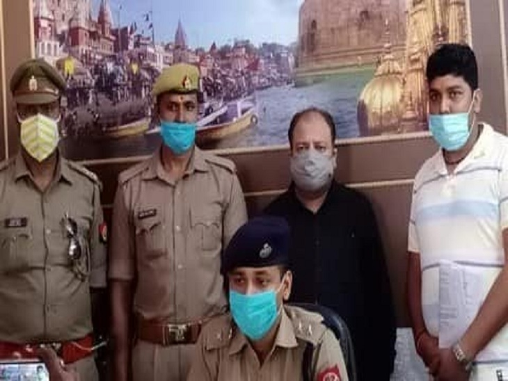 17 अक्टूबर 2020 को नई दिल्ली से गिरफ्तार किया गया अमिताभ श्रीवास्तव। (पीछे की पंक्ति में काले रंग की शर्ट में)