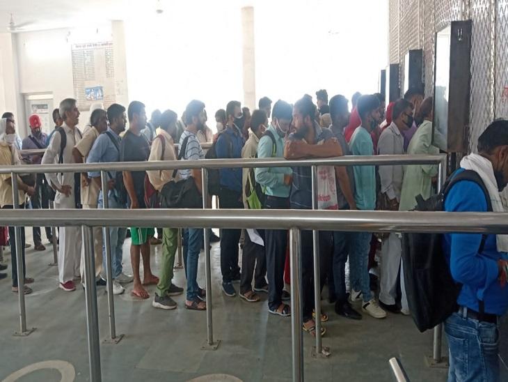EMU ट्रेनों के लिए MST बनवाने वालों की काउंटरों पर उमड़ी भीड़ एक दिन में 850 से अधिक यात्रियों ने बनवाया|फरीदाबाद,Faridabad - Dainik Bhaskar