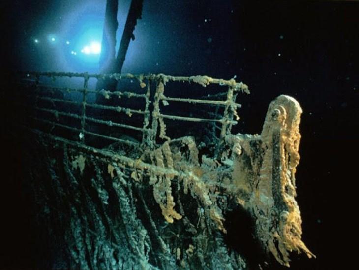 समुद्र में टाइटैनिक का मलबा।