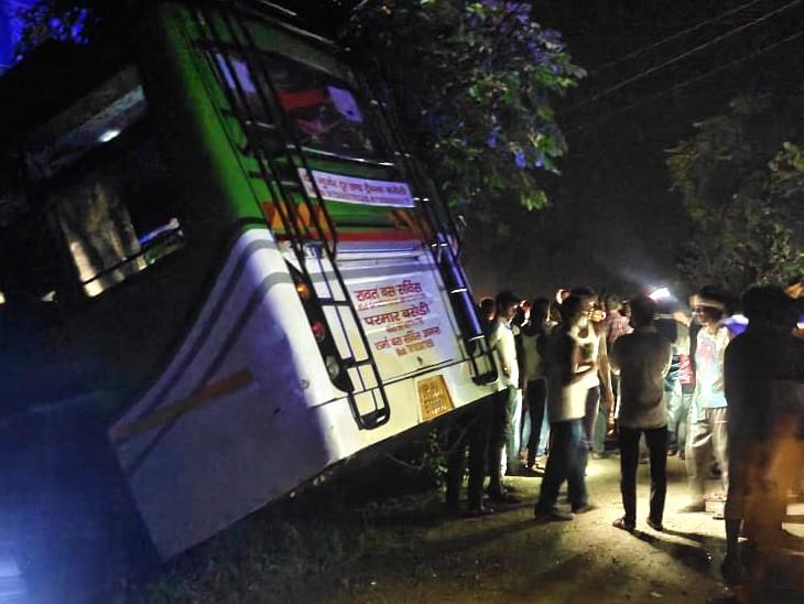करीब आधे घंटे की मशक्कत के बाद सभी यात्रियों को बाहर निकाल लिया गया।