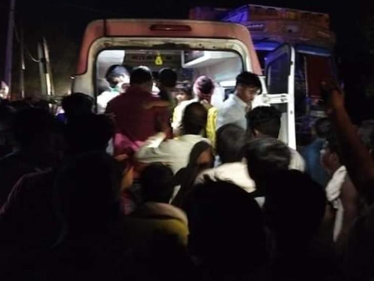 घायल यात्रियों को एंबुलेंस से अस्पताल भेजा गया।
