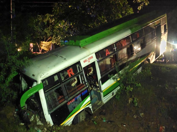 करीब आधे घंटे की मशक्कत के बाद बस में फंसे यात्रियों को बाहर निकाला गया। - Dainik Bhaskar
