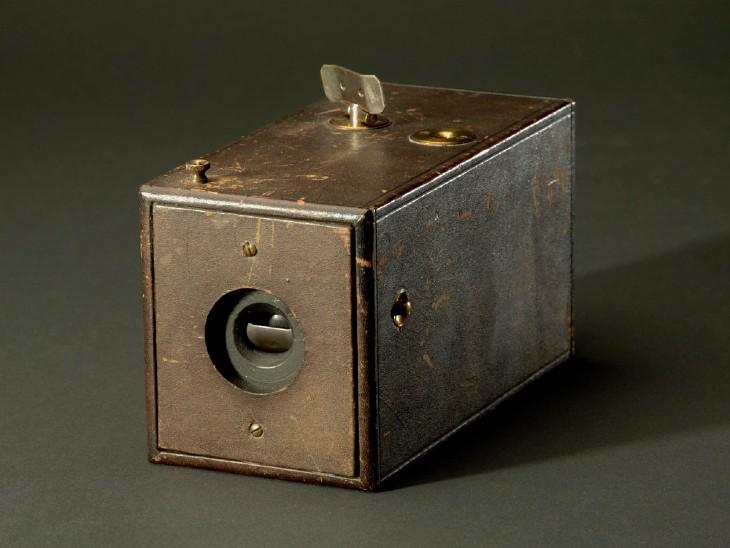 ओरिजिनल रोल-फिल्म कैमरा। वर्तमान में इसे नेशनल म्यूजियम ऑफ अमेरिकन हिस्ट्री में रखा गया है।