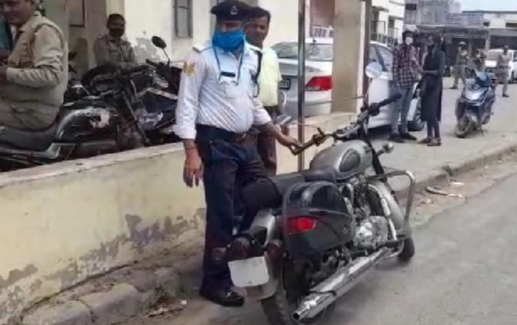 बिना नंबर की बाइक से आया था ऑफिस, एसएसपी ने सिखाया यातायात का पाठ, बोला- अब नहीं होगी ऐसी गलती|आगरा,Agra - Dainik Bhaskar