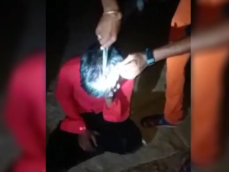 कटनी में दोस्त से मिलने गए युवक के ग्रामीणों ने बाल काट दिए।