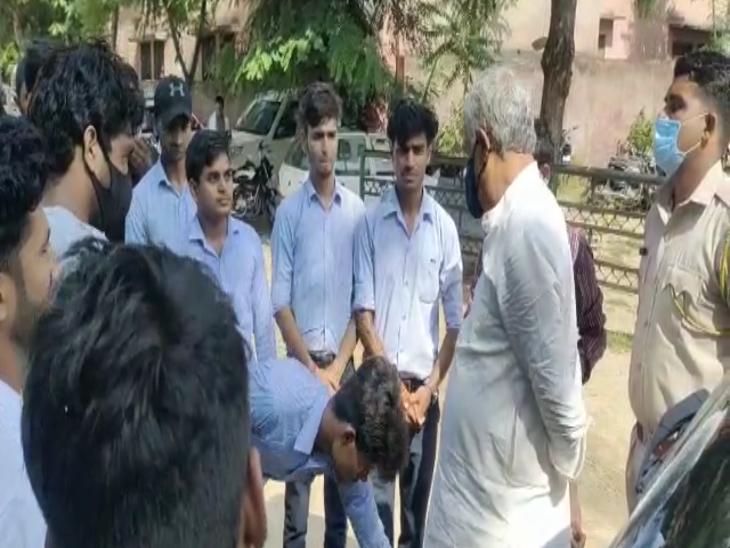 राज्यसभा सांसद डॉ किरोड़ीलाल मीणा ने कॉलेज संचालक को थाने बुलाकर लगाई फटकार,तो होस्टल फीस भी माफ|राजस्थान,Rajasthan - Dainik Bhaskar