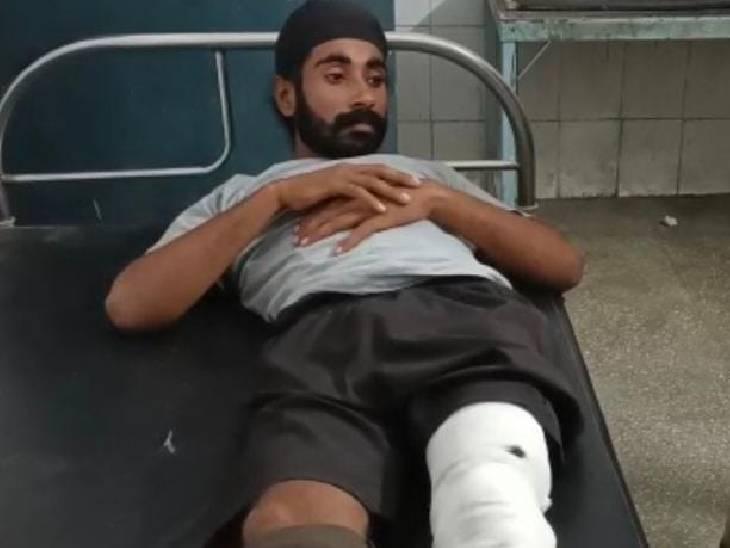 पीलीभीत पुलिस द्वारा की गई जवाबी कार्रवाई में जगबीर और गगन वीर नाम के दो अभियुक्त पैर में गोली लगने से घायल हो गए।
