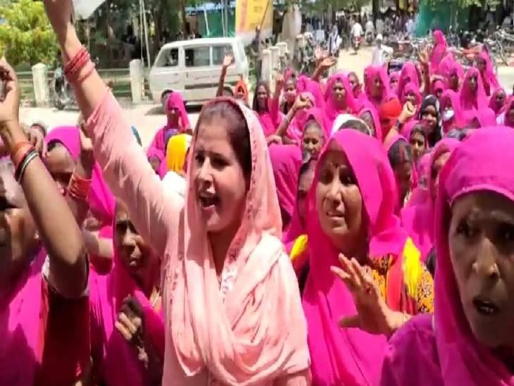 सरकार के खिलाफ किया प्रर्दशन...कहा सरकार नहीं कर पा रही महंगाई पर काबू, महिलाओं के पास सिलेंडर भरवाने के पैसे नहीं, किसानों का भी कर रही है अपमान|महोबा,Mahoba - Dainik Bhaskar