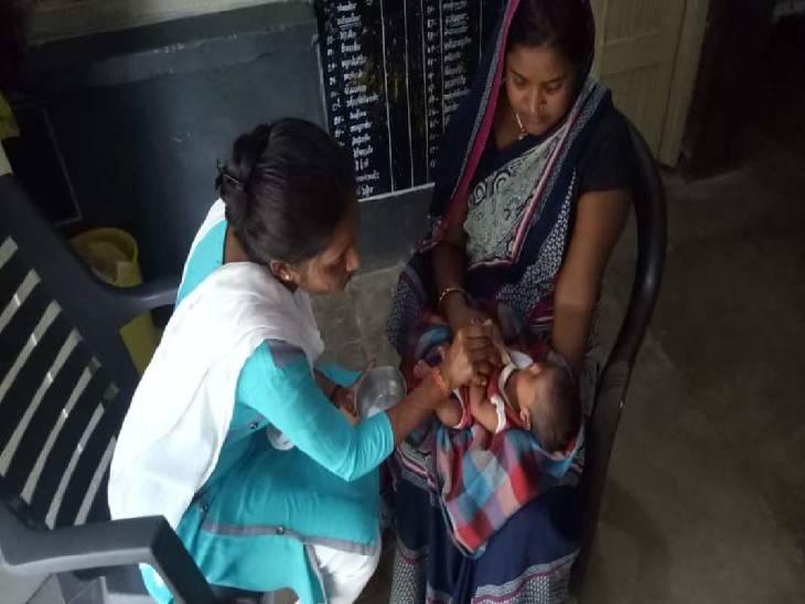 रास्ते से जा रहे युवकों ने सुनी थी रोने की आवाज, चाइल्ड केयर अधिकारी को दी गई जानकारी, टीम ने बच्ची को कब्जे में लिया गाजीपुर,Ghazipur - Dainik Bhaskar