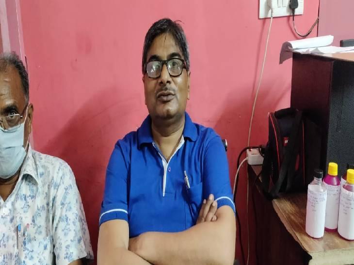 बोनस रोककर करता था रुपयों की मांग, पीड़ित ने अधिकारियों के साथ मिलकर आरोपी को रंगे हाथ पकड़वाया प्रतापगढ़,Pratapgarh - Dainik Bhaskar