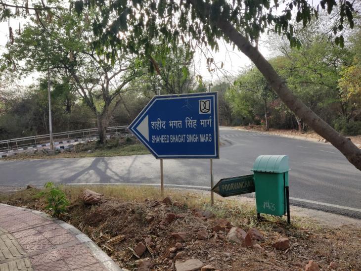 हाल के कुछ सालों में JNU कैंपस में बहुत कुछ बदला है। कई मार्गों का नामकरण किया गया है। इनमें से एक शहीद भगत सिंह मार्ग भी है।