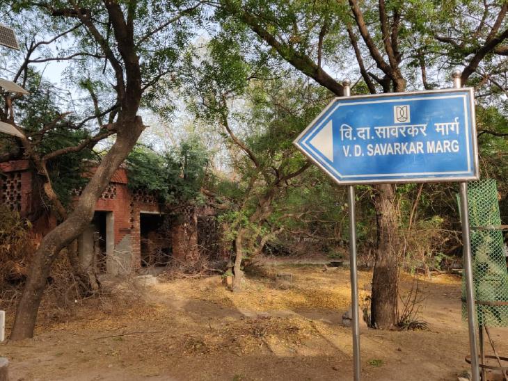 पिछले साल JNU की एक सड़क का नाम विनायक दामोदर सावरकर मार्ग किया गया। जिसका विरोध लेफ्ट विंग के छात्रों ने किया था।