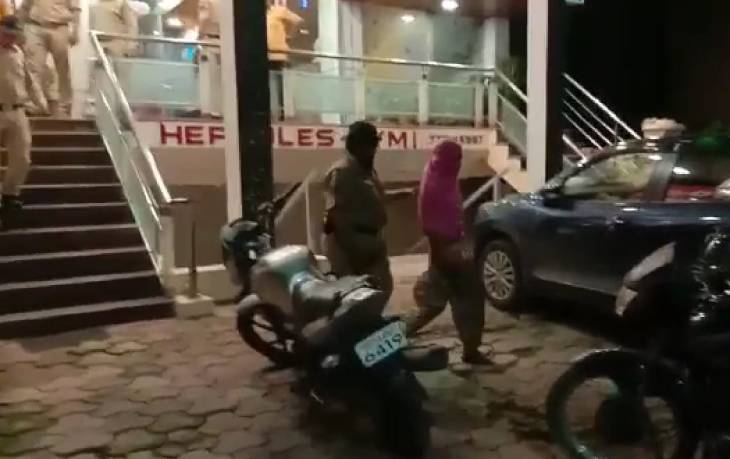 उज्जैन में होटल से युवती को पूछताछ के लिए थाने ले जाती पुलिस।
