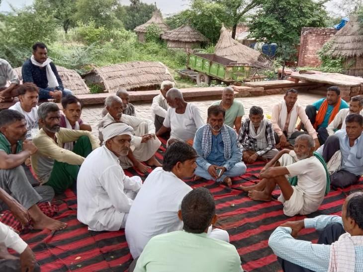मुकेश ठाकुर के तीये की बैठक में मौजूद ग्रामीण।