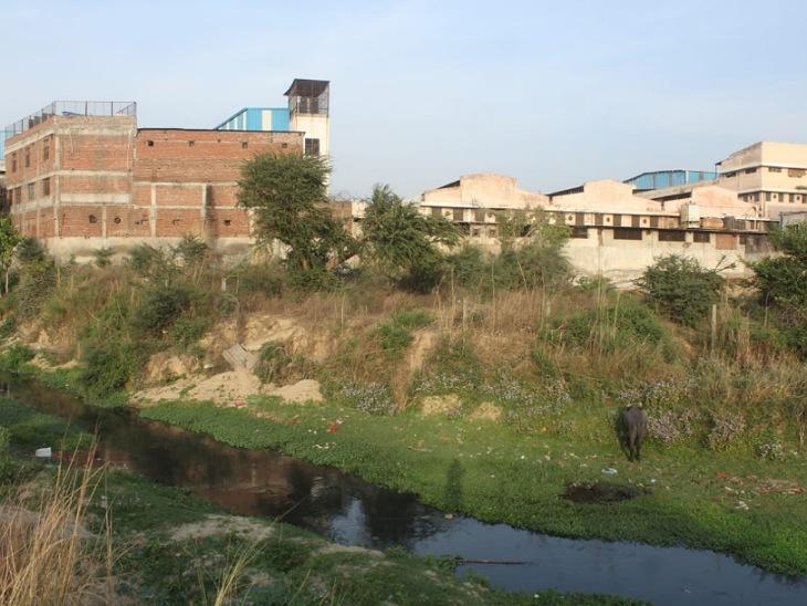 मुरादाबाद में गांगन नदी के भीतर बना ली गईं 1500 से अधिक फैक्ट्री। नदी बस एक नाले की शक्ल में नजर आती है अब।