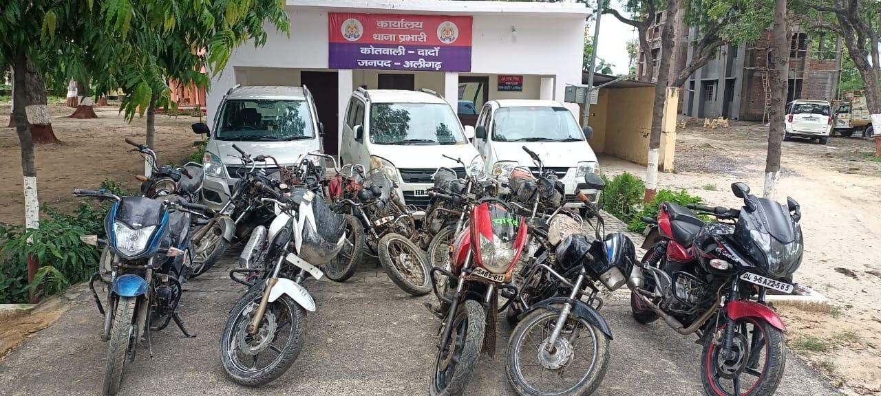 विभिन्न राज्यों में सक्रिय रहकर चोरी करते थे वाहन, पकड़े गए 7 आरोपियों में 25 हजार व 5-5 हजार के वांछित शामिल, 3 कार व 12 मोटर साइकिल बरामद अलीगढ़,Aligarh - Dainik Bhaskar