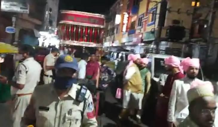 पुलिस ने बरात को रोका तो बराती बहाने बनाने लगे पर पुलिस के सामने एक न चली।
