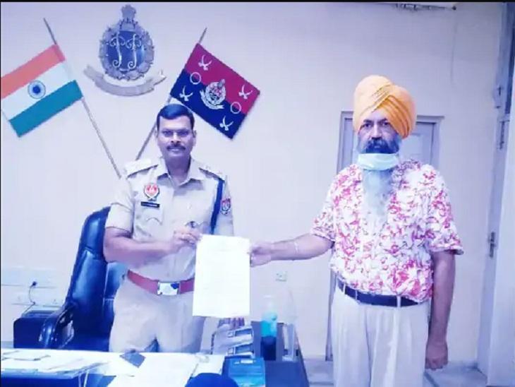 मालविंदर सिंह माली के खिलाफ पुलिस को शिकायत सौंपते गुरसिमरन सिंह मंड।