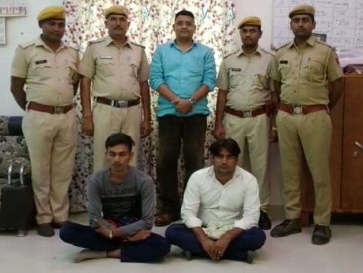 जमीनी विवाद के चलते हुए झगड़े में युवक को मारा, फरार आरोपियों की तलाश में ठिकानों पर दबिश, गांव आते ही पकड़े गए दो आरोपी करौली,Karauli - Dainik Bhaskar