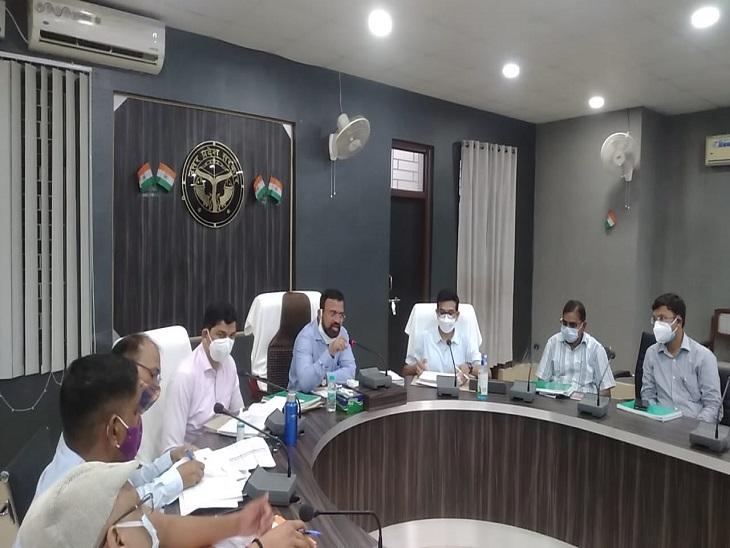 अधिकारियों के साथ देर रात बुलाई बैठक, अनजान बुखार से निपटने को दिए निर्देश|आजमगढ़,Azamgarh - Dainik Bhaskar