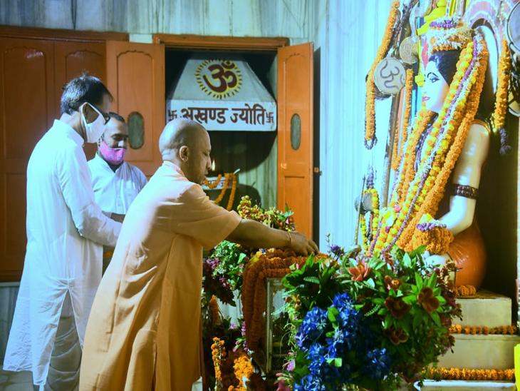 गोरखनाथ मंदिर में गुरु गोरक्षनाथ का लिया आशीर्वाद, बाढ़ प्रभावित इलाकों का हवाई सर्वेक्षण कर बांटेंगे राहत सामग्री गोरखपुर,Gorakhpur - Dainik Bhaskar