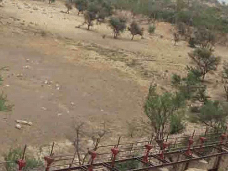 जयपुर का कालख डैम अब तक सूखा हुआ है, जबकि अगस्त के आखिर तक इसमें काफी पानी देखा जाता रहा है।