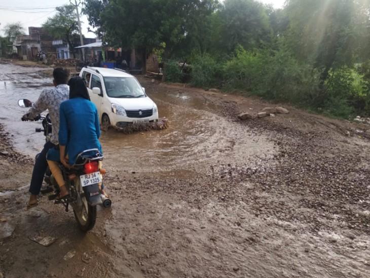 करौली में 109 सड़क व पुल क्षतिग्रस्त हुए, 299 किमी की सड़कें टूटी, 580 लाख रुपए से अधिक का घाटा करौली,Karauli - Dainik Bhaskar