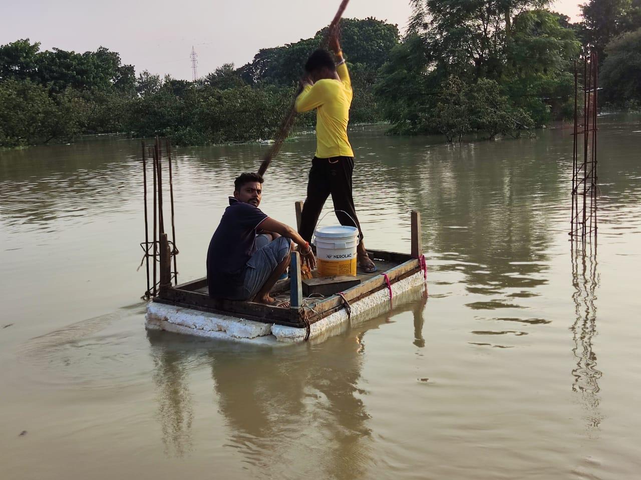 नाव हर समय उपलब्ध नहीं होने से ट्यूब और थर्माकोल से बनी नाव का सहारा लेना पड़ रहा है।