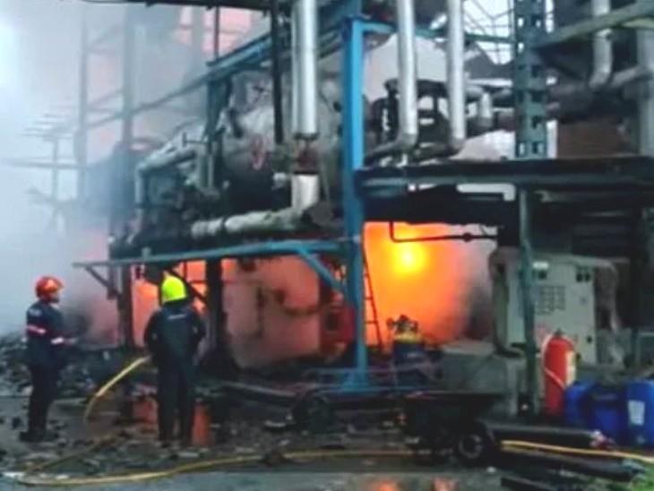 फैक्ट्री में लगी आग पर पूरी तरह से काबू पाने के लिए दमकल की तीन गाड़ियों को तकरीबन डेढ़ घंटे का समय लगा। - Dainik Bhaskar