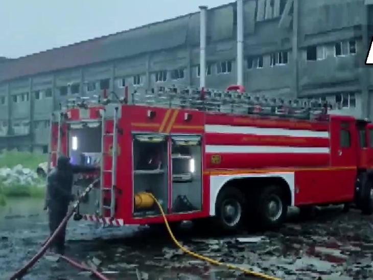 फायर ब्रिगेड के ढाई घंटे के प्रयास के बाद आग पर काबू पा लिया है।