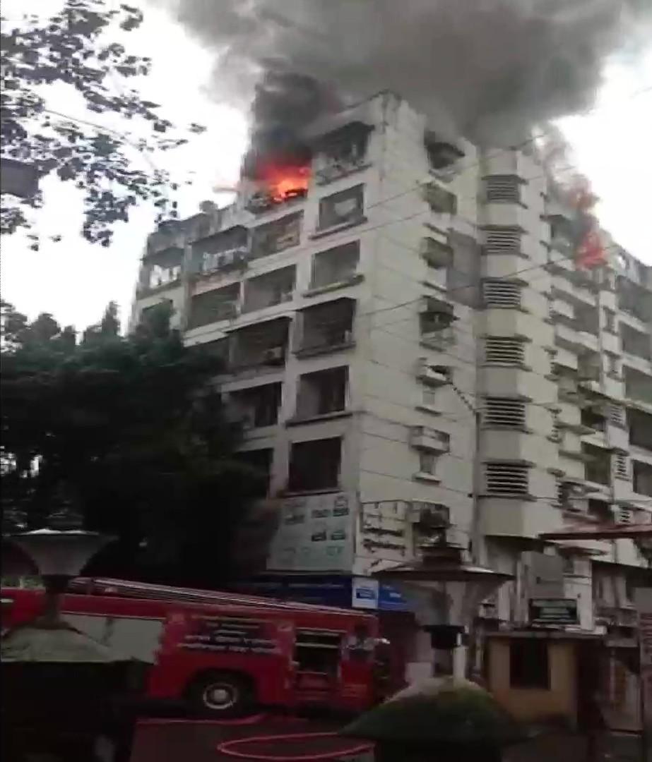इमारत से निकलने वाला धुंआ काफी दूर से देखा जा सकता है। फिलहाल आग पर काबू पा लिया गया है।