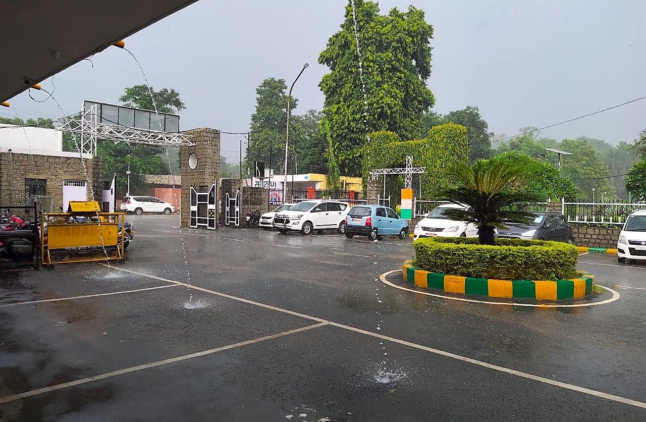धूप के साथ शुरू हुई झमाझम बारिश, गर्मी और उमस से मिली लोगों को राहत, कई एरिया में बारिश नहीं|कानपुर,Kanpur - Dainik Bhaskar