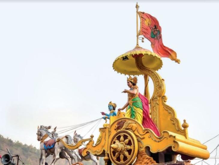 ऋषिकेश के त्रिवेणी घाट पर स्थित कृष्ण और अर्जुन की प्रतिमा। - Dainik Bhaskar