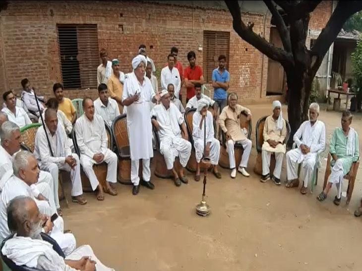 बागपत में मुजफ्फरनगर की महापंचायत की तैयारियों के लिए बैठक करते हरियाणा और बागपत की खाप पंचायत के सदस्य। - Dainik Bhaskar