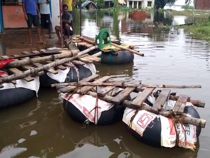 प्रभावित गांवों में 405 नाव और 50 मोटर बोट लगाने का दावा किया गया है, लेकिन यहां लोग ट्यूब और थर्माकोल से बने जुगाड़ का इस्तेमाल करने को मजबूर हैं।