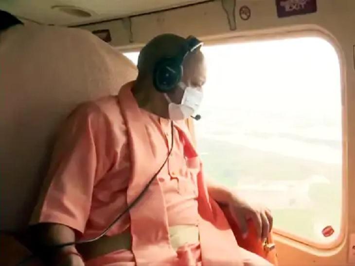 गोरखपुर में CM योगी ने किया बाढ़ का हवाई सर्वे, पीड़ितों में बांटी राहत सामग्री, कहा- न कोई भूखा रहेगा न बेघर|उत्तरप्रदेश,Uttar Pradesh - Dainik Bhaskar