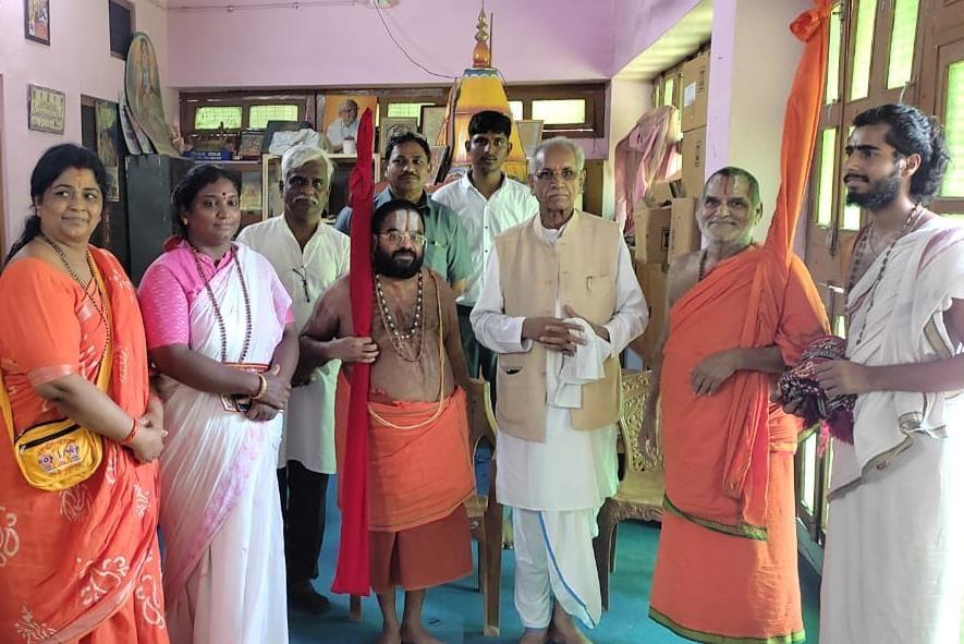 स्वामी त्रिदंडी महाराज ने संतों के साथ किया रामलला का दर्शन,कारसेवकपुरम में चंपत राय ने स्वागत कर मंत्रणा की,मंदिर निर्माण की प्रगति पर खुश|अयोध्या,Ayodhya - Dainik Bhaskar
