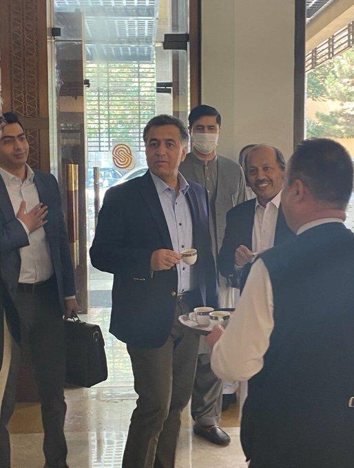 ISI चीफ लेफ्टिनेंट जनरल फैज हमीद (चाय का कप लिए हुए) की ये फोटो काबुल के सेरेना होटल की है।
