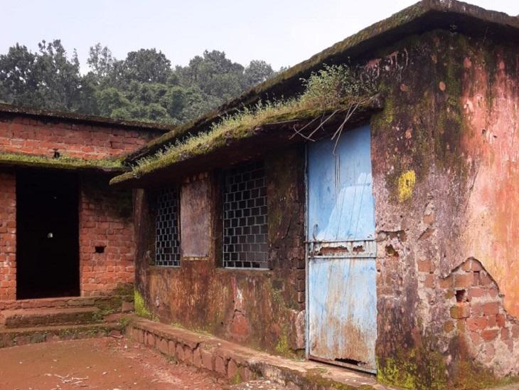 स्कूल भवन कभी भी गिर सकता है। भवन की छत के प्लास्टर उखड़ चुके हैं और दीवारों में बरसात में नमी रहती है। उसकी हालत देख पंचायत के आदेश पर बंद कर दिया गया।
