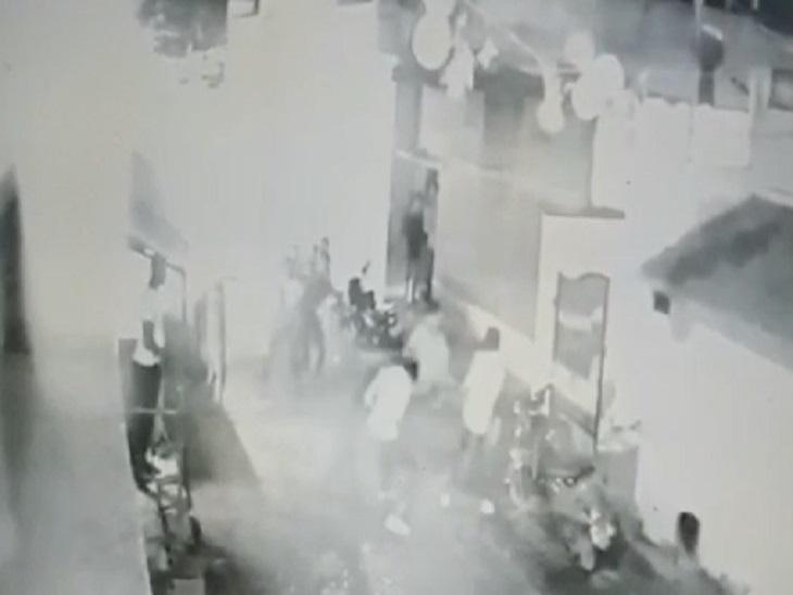 लड़कों ने दौड़ा-दौड़ाकर लाठी डंडे से पीटा, धारदार हथियार से किया हमला, एक युवक की मौत; 4 बच्चों के सिर से उठा पिता का साया बिलासपुर,Bilaspur - Dainik Bhaskar
