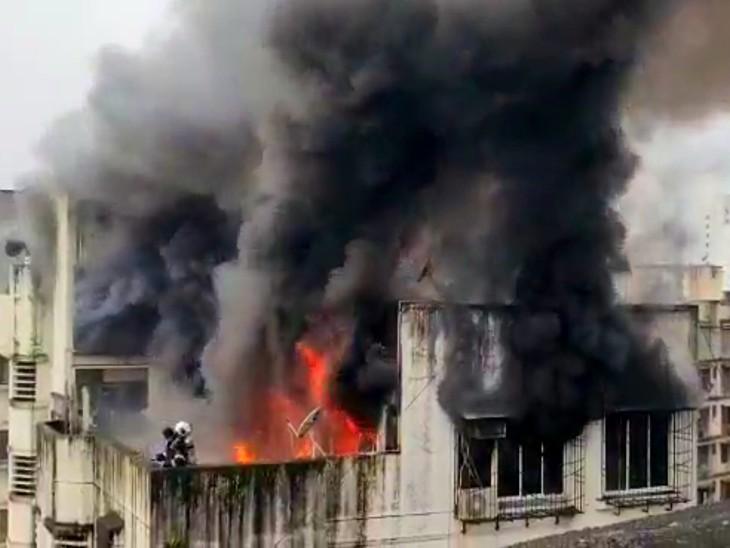 आग इमारत के टॉप फ्लोर पर लगी है। सीढ़ियों के सहारे छत पर चढ़कर फायर ब्रिगेड कर्मी आग बुझाने का काम कर रहे हैं। - Dainik Bhaskar