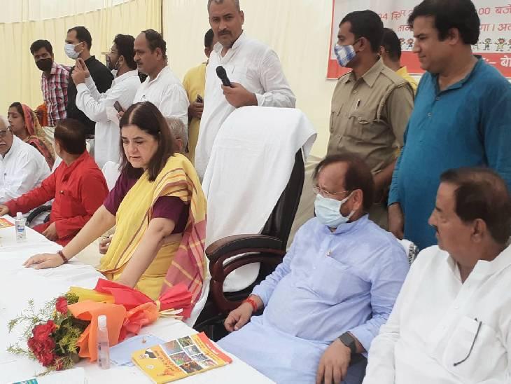 सुल्तानपुर में भाजपा सांसद मेनका गांधी के दौरे का आखिरी दिन था। जिसपर उन्होनें सभा को संबोधित किया। - Dainik Bhaskar