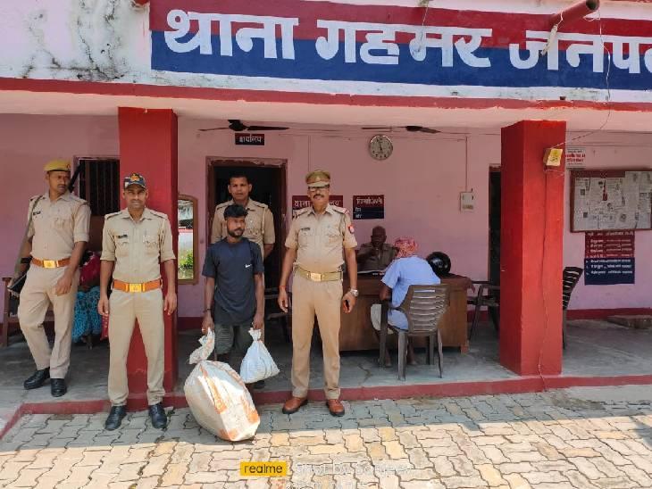 पुलिस ने भारी मात्रा में मादक पदार्थों के साथ पकड़ा, यूपी से बिहार में करता है सप्लाई; लगातार गिरफ्तारियों के बाद भी बदस्तूर जारी है गोरखधंधा गाजीपुर,Ghazipur - Dainik Bhaskar