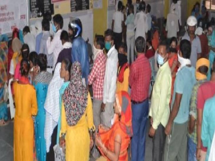 एक बच्चे की बुखार के कारण हो गई मौत, मरीजों व तीमारदारों की लगी है अस्पतालों में लंबी लाइन|एटा,Etah - Dainik Bhaskar