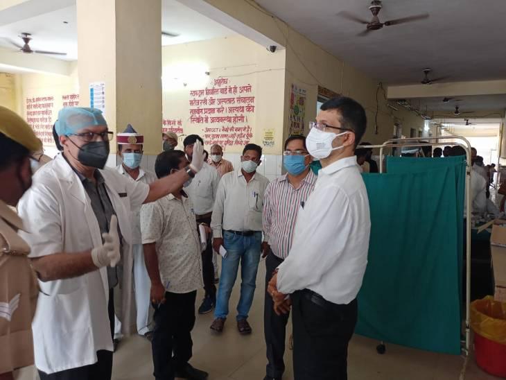 जिला अस्पताल में की मरीजों से मुलाकात, लोग बोले- देर से मिलता है खाना बलिया,Ballia - Dainik Bhaskar