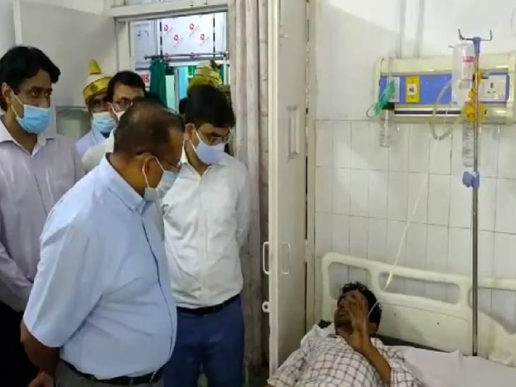 जिला अस्पताल में मरीजों से की मुलाकात, सीएमओ ने माना नहीं है वेंटिलेटर ऑपरेटर|महोबा,Mahoba - Dainik Bhaskar